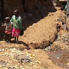 Des enfants dans un bidonville en Afrique